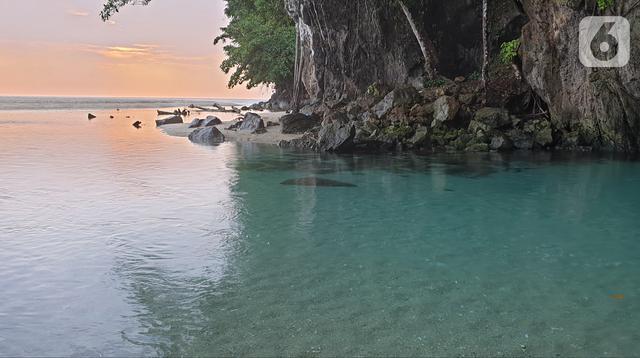 Suasana Sungai Tamborasi di Desa Tamborasi, Kecamatan Wolo, Kabupaten Kolaka, Sulawesi Tenggara (16/10/2019). Panjang Sungai Tamborasi hanya 20 meter, dengan lebar 15 meter. Hulu sungai sangat berdekatan dengan hilir yang bermuara ke Pantai Tamborasi. (Liputan6.com/Nurseffi Dwi Wahyuni)