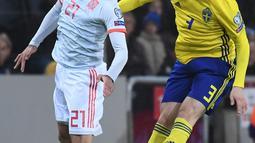 Bek Swedia, Victor Lindelof berebut bola udara dengan gelandang Spanyol, Mikel Oyarzabal selama pertandingan Grup F Piala Eropa 2020 di Friends Arena di Stockholm (15/10/2019). Spanyol bermain imbang 1-1 dan memastikan diri lolos ke putaran final Piala Eropa 2020. (AFP Photo/Jonathan Nackstrand)