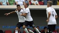 Tiga pemain Jerman, Davie Selke (kiri), Grischa Promel (tengah) dan Matthias Ginter, melakukan selebrasi gol ketiga mereka ke gawang Portugal, pada laga perempat final cabang sepak bola Olimpiade Rio 2016, di Stadion Mane Garrincha, Brasilia, Sabtu (13/8/