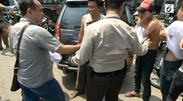 Belasan orang berkaus sama diusir oleh polisi. Kaus yang memuat kalimat sindiran salah satu paslon dikumpulkan dan didata oleh polisi yang sedang bertugas di kawasan Kalideres, Jakarta Barat, Rabu (19/04/2017)