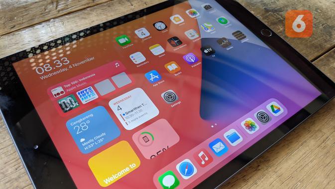 Nikmat untuk nonton konten multimedia di iPad 8th Gen. (Liputan6.com/ Yuslianson)