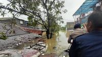 Tanggul jebol di Perumahan Total Persada dan Periuk Damai, Kota Tangerang yang membuat dua perumahan tersebut terendam 2 sampai 3.5 meter. (Liputan6.com/Pramita Tristiawati)