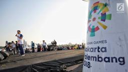 Gubernur DKI Jakarta Anies Baswedan memberi sambutan sebelum acara puncak Kirab Obor Asian Games 2018 di Jakarta, Sabtu (18/8). Dalam sambutannya, Anies mengaku bangga Jakarta bisa menjadi saksi sejarah Asian Games. (Liputan6.com/Faizal Fanani)