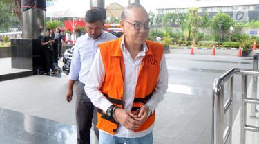 Terdakwa kasus PLTU Riau-1 selaku pemegang saham Blackgold Natural Resources Limited, Johannes Budisutrisno Kotjo berjalan akan menjalani pemeriksaan oleh penyidik di Gedung KPK, Jakarta, Selasa (26/2). (Merdeka.com/Dwi Narwoko)