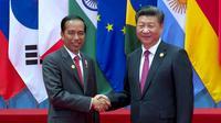 Presiden RI Joko Widodo berjabat tangan dengan Presiden China Xi Jinping saat menghadiri KTT G20 di Hangzhou, Tiongkok, (4/9). Jokowi akan menjadi pembicara utama sesi 2 dalam Konferensi Tingkat Tinggi (KTT) G20. (Setpres/Bey Machmudin)