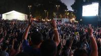 Suporter tim bulutangkis Indonesia bersorak saat menyaksikan siaran langsung laga perempat final dan 16 besar bulutangkis Asian Games 2018 melalui layar lebar di kawasan kompleks GBK, Jakarta, Sabtu (25/8). (Liputan6.com/Helmi Fithriansyah)