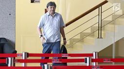 Mantan CEO Citilink Albert Burhan berjalan usai diperiksa di Gedung KPK, Jakarta, Jumat (26/1). Albert diperiksa untuk tersangka Emirsyah Satar. (Liputan6.com/Herman Zakharia)