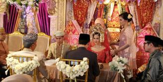 Artis cantik Nina Zatulini melangsungkan pernikahan pada hari ini, Jumat (22/1/2016) di Hotel Gran Mahakam, Jakarta Selatan. Nina yang tampil cantik dalam busana pengantin warna merah kini resmi menjadi istri Chandra Tauphan. (Andy Masela/Bintang.com)