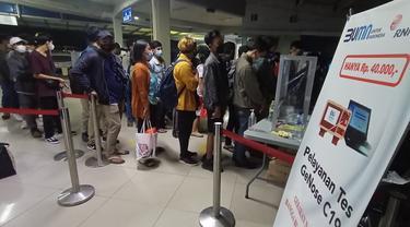 Antrian Penumpang Kapal Di ASDP Indonesia Ferry Cabang Merak Tak Menjaga Jarak Sesuai Prokes Covid-19. (Minggu, 02/05/2021). (Liputan6.com/Yandhi Deslatama).