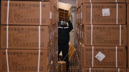 Seorang staf memuat sejumlah baju pelindung di Stasiun Kereta Barat Beijing di Beijing, ibu kota China (4/3/2020). Total 20.000 baju pelindung disalurkan ke Wuhan guna membantu upaya kota itu memerangi wabah coronavirus baru. (Xinhua/Zhang Chenlin)