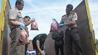 Daging babi tersebut rencananya akan dibongkar di sebuah POM bensin di daerah Serang Banten yang selanjutnya akan dibawa ke Jakarta.