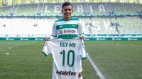 Pesepak bola Indonesia, Egy Maulana memakai jersey nomor 10 saat diperkenalkan sebagai pemain baru Lechia Gdansk di Stadion Energa Gdańsk, Polandia, Minggu (11/3/2018). Dirinya dikontrak Lechia Gdansk selama tiga musim. (Lechia Gdansk)