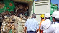 Petugas mengamati kontainer berisi sampah busuk yang terbengkalai di pelabuhan Sri Lanka (AFP Photo)