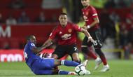 Striker Manchester United, Alexis Sanchez, berusaha melewati pemain Leicester City pada laga Premier League di Stadion Old Trafford, Jumat (10/8/2018). Manchester United menang 2-1 atas  Leicester City. (AP/Jon Super)