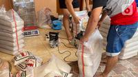 Pekerja melakukan pengemasan beras dalam ukuran 3 Kg dan 5 Kg di kawasan Pisangan Baru, Jakarta Timur, Selasa (20/4/2021). Di bulan Ramadhan, pengemasan ulang beras 3 kg dan 5 Kg mengalami kenaikan permintaan masyarakat untuk kebutuhan zakat dan paket sembako. (Liputan6.com/Herman Zakharia)