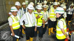 Menteri Perhubungan Budi Karya Sumadi menyimak penjelasan saat meninjau proyek MRT di Bundaran HI, Jakarta, Rabu (14/12). Menhub menyebutkan pengerjaan proyek tersebut sudah 70 persen untuk kontruksinya. (Liputan6.com/Angga Yuniar)
