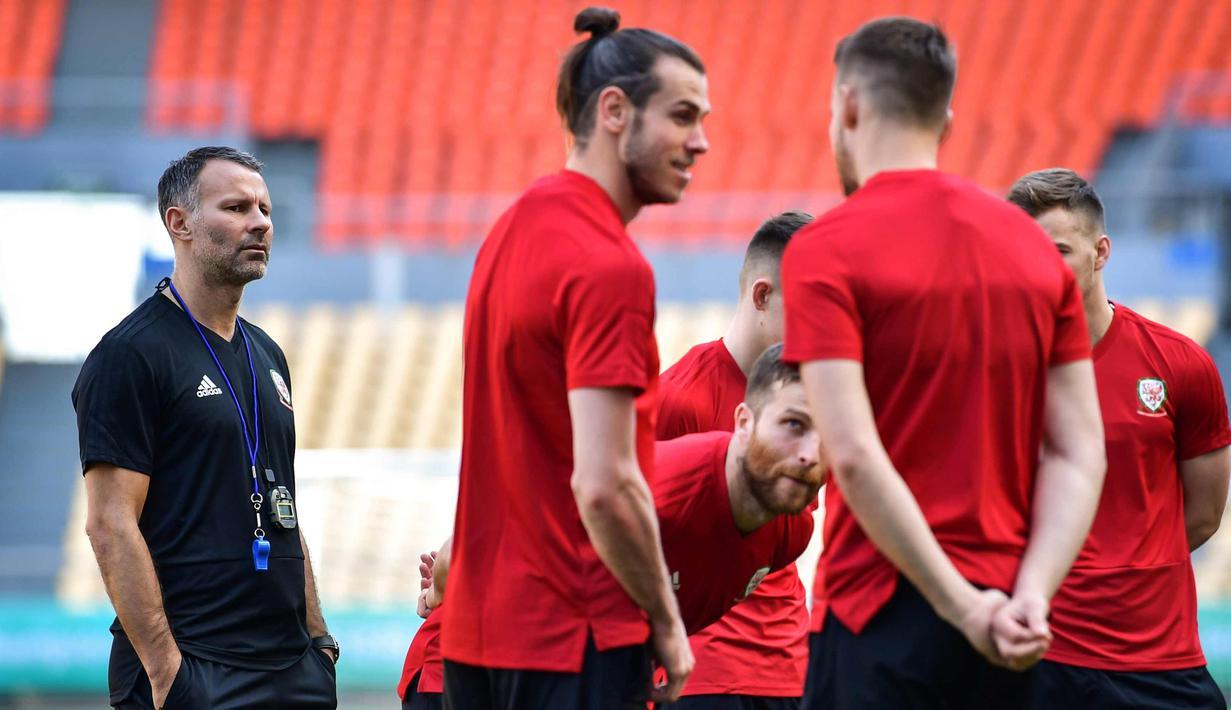Pelatih Wales, Ryan Giggs (kiri) melihat para pemain mengikuti sesi latihan jelang turnamen Piala China di Nanning, di wilayah Guangxi Selatan (20/3). Pria 44 tahun ini resmi melatih timnas Wales dengan kontrak empat tahun. (AFP Photo/China Out)