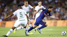 Bintang Barcelona, Lionel Messi, melewati hadangan pemain Chapecoense pada laga trofi Joan Gamper di Stadion Camp Nou, Barcelona, Senin (7/8/2017). Barcelona menang 5-0 atas Chapecoense. (AP/Manu Fernandez)