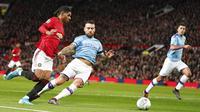 Penyerang Manchester United, Marcus Rashford, berusaha melewati bek Manchester City, Nicolas Otamendi, pada laga Piala Liga Inggris di Stadion Old Trafford, Rabu (8/1/2020). Manchester United kalah 1-3 dari Manchester City. (AP/Jon Super)