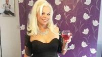 Wanita ini mengaku difoto mahluk halus (mirror.co.uk)