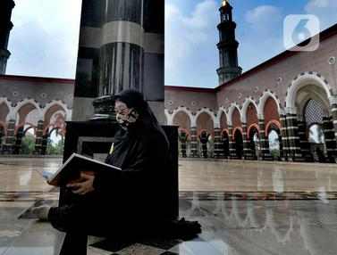 FOTO: Memperbanyak Ibadah Selama Ramadhan di Masjid Kubah Emas