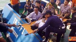 Citizen6, Bakauheni: Tiga jenazah meninggal dunia yang merupakan korban Kapal Motor Penyeberangan (KMP) Bahuga Jaya sedang dalam proses evakuasi menggunakan kapal TB JFFI Cirebon pada, Rabu (26/9). (Pengirim: Hendricus Widiantoro)