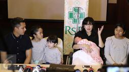 Ussy Sulistiawaty (kedua kanan) memberikan keterangan pers usai kelahiran anak ke-4 mereka di RS Pondok Indah, Jakarta, Senin (6/3). Ussy memberi nama anak keempatnya. Sheva Elmira Lorrenia. (Liputan6.com/Herman Zakharia)