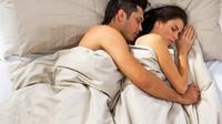 Saat istri lelah setelah mengurus rumah seharian, pilihan posisi bercinta yang tepat bisa memastikan ranjang Anda tetap hangat.