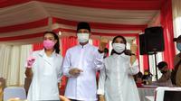 Calon Wakil Wali Kota Tangsel Rahayu Saraswati mendampingi pasangannya, Calon Wali Kota Tangsel Muhamad menyalurkan hak pilihnya di TPS 29 Ciputat. (Liputan6.com/Pramita Tristiawati)