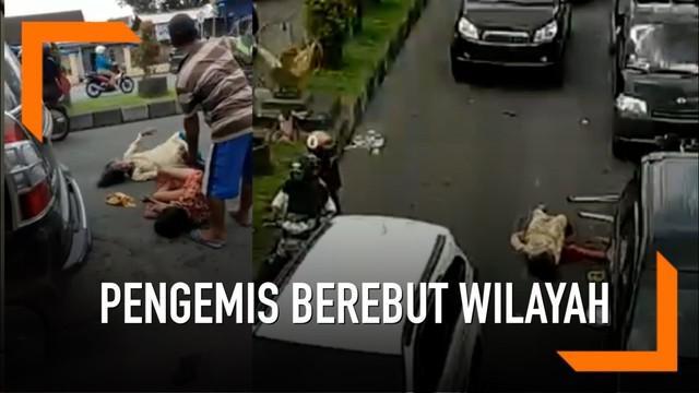Diduga akibat berebut wilayah, dua pengemis wanita di Jember berkelahi di jalan raya.