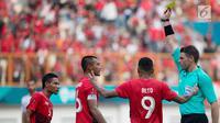 Bek Indonesia, Hansamu Yama (dua kiri) mendapat kartu kuning saat melawan Uni Emirat Arab (UEA) pada Asian Games 2018 di Stadion Wibawa Mukti, Jawa Barat, Jumat (24/8). Indonesia kalah dari UEA lewat adu penalti. (Bola.com/Vitalis Yogi Trisna)