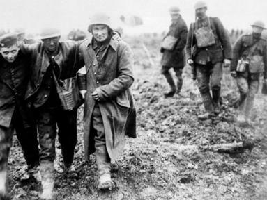 Tentara Jerman membawa tentara Kanada yang terluka dalam pertempuran Vimy selama Perang Dunia I di Prancis. Perang Dunia I berlangsung pada 28 Juli 1914 sampai 11 November 1918. (AP Photo, File)