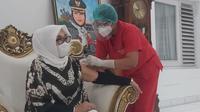 Bupati Grobogan, Sri Sumarni disuntik vaksin Covid-19 malam hari. (Foto: Liputan6.com/Felek Wahyu)