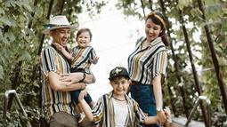 Setiap berlibur bersama, keluarga ini nampak membawa setelan baju yang senada. Sehingga semakin nampak kompak dan harmonis. (Liputan6.com/IG/mrssharena)