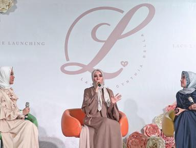 Aktris Laudya Cynthia Bella memberi keterangan saat launching hijab Lacelove by Laudya Cynthia Bella di kawasan Sudirman, Jakarta, Selasa (31/10). Bella memamerkan rancangannya sebanyak 22 hijab. (Liputan6.com/Herman Zakharia)