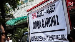 Massa yang tergabung dalam Komite Penyelamat Asset Negara membentangkan spanduk di Gedung Granadi, Jakarta, Senin (17/12). Mereka menuntut penyitaan sejumlah aset milik Yayasan Supersemar, termasuk Gedung Granadi. (Liputan6.com/Faizal Fanani)