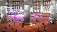 Umat muslim beraktivitas di dalam Masjid Istiqlal, Jakarta, Kamis (17/5). Di bulan Ramadan, Masjid Istiqlal menjadi salah satu masjid yang banyak dikunjungi warga untuk beribadah sekaligus menunggu waktu berbuka puasa. (Liputan6.com/Immanuel Antonius)