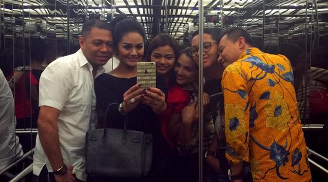 Foto keakraban antara keluarga Anang Hermansyah dan Raul Lemos. (via instagram.com/krisdayantirl)