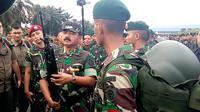 Panglima TNI Marsekal Hadi Tjahjanto mengecek kondisi senjata prajurit dalam apel Pasukan Pemukul Reaksi Cepat TNI di Lanud Abdulrachman Saleh Malang (Liputan6.com/Zainul Arifin)