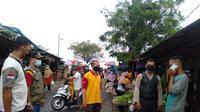 Satgas penanganan Covid-19 Kota Bekasi mengawasi pelaksanaan protokol kesehatan di salah satu pasar tradisional. (Foto: Liputan6.com/Bam Sinulingga)