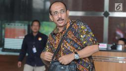 Mantan anggota DPR  Djamal Aziz Attamimi usai bertemu penyidik KPK, Jakarta, Senin (16/4). Djamal rencananya akan diperiksa sebagai saksi tersangka anggota DPR Markus Nari terkait dalam dugaan korupsi proyek pengadaan e-KTP. (Merdeka.com/Dwi Narwoko)