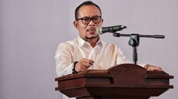 Menaker Hanif Dhakiri memberi sambutan saat peluncuran Aplikasi SIPMI, Jakarta, Kamis (27/12). Aplikasi ini dirancang untuk memudahkan pekerja migran Indonesia untuk mengakses layanan prosedural dan informasi resmi pemerintah. (Liputan6.com/Faizal Fanani)