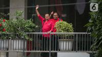 Pasangan Pilkada Solo 2020, Achmad Purnomo- Teguh Prakosa menyapa awak media saat tiba di DPP PDIP, Jakarta, Senin (10/2/2020). Kedatangannya tersebut untuk Proses fit and proper test calon pilkada 2020. (Liputan6.com/Faizal Fanani)