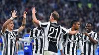 Para pemain Juventus merayakan gol yang dicetak Benedikt Howedes ke gawang Sampdoria pada laga Serie A di Stadion Allianz, Turin, Minggu (15/4/2018). Juventus menang 3-0 atas Sampdoria. (AFP/Alessandro Di Marco)