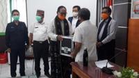 Foto : Wakil Gubernur NTT, Josef Nae Soi saat menerima peralatan swab secara simbolis dari Kepala BPOM Surabaya (Liputan6.com/Ola Keda)