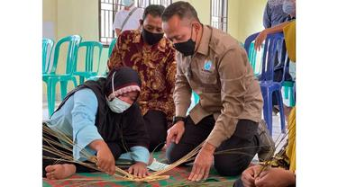 CEO PTPN V Jatmiko K Santosa mencoba mengayam lidi menjadi perkakas dapur di kelompok usaha Kabupaten Kampar.