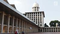 Pekerja beraktivitas membersihkan bagian lantai Masjid Istiqlal, Jakarta, Selasa (18/6/2019). Pemerintah merenovasi dan memperbaiki struktur bangunan Masjid Istiqlal yang merupakan salahsatu cagar budaya dengan anggaran sebesar Rp465 miliar. (Liputan6.com/Helmi Fithriansyah)