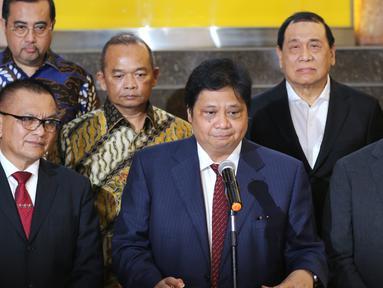 Ketua Umum Partai Golkar Airlangga Hartarto (tengah), Menteri Sosial Agus Gumiwang (kanan) dan Sekjen Partai Golkar Lodewijk Paulus (kiri) saat konferensi pers terkait mundurnya Idrus Marham dari Mensos di Jakarta, Jumat (24/8). (Liputan6.com/JohanTallo)