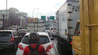 Kemacetan panjang akibat banjir terjadi hingga ke Dago, Bandung. (Liputan6.com/Kukuh Saokani)