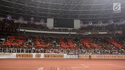 Ribuan suporter Persija Jakarta, The Jakmania membentuk formasi Glory pada laga final Piala Presiden 2018 antara Persija Jakarta melawan Bali United di Stadion Utama GBK, Senayan, Jakarta, Sabtu (17/2). (Liputan6.com/Arya Manggala)